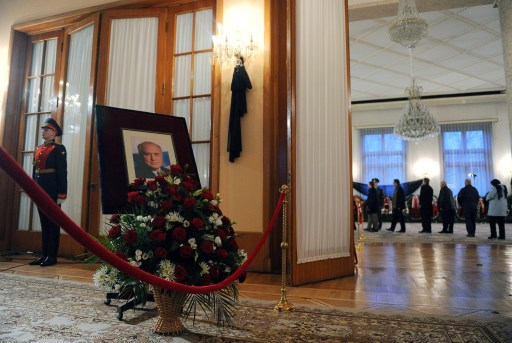 An honour guard  stands at a portrait of Victor Chernomyrdin, a former Russian prime minister under president Boris Yeltsin from December 1992 to March 1998, during a farewell ceremony in Moscow, on November 4, 2010. Chernomyrdin, died Wednesday morning, his family told Russian news agencies. He was 72. AFP PHOTO / NATALIA KOLESNIKOVA
