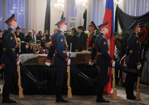 Honour guards change at the coffin of Victor Chernomyrdin, a former Russian prime minister under president Boris Yeltsin from December 1992 to March 1998, during a farewell ceremony in Moscow, on November 4, 2010. Chernomyrdin, died Wednesday morning, his family told Russian news agencies. He was 72. AFP PHOTO / NATALIA KOLESNIKOVA