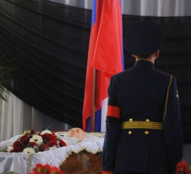 An honour guard  stands at the coffin of Victor Chernomyrdin, a former Russian prime minister under president Boris Yeltsin from December 1992 to March 1998, during a farewell ceremony in Moscow, on November 4, 2010. Chernomyrdin, died Wednesday morning, his family told Russian news agencies. He was 72. AFP PHOTO / NATALIA KOLESNIKOVA