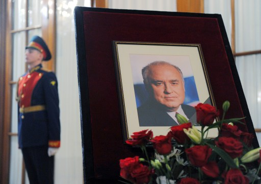 An honour guard stands by a portrait of Victor Chernomyrdin, a former Russian prime minister under president Boris Yeltsin from December 1992 to March 1998, during a farewell ceremony in Moscow, on November 4, 2010. Chernomyrdin, died Wednesday morning, his family told Russian news agencies. He was 72. AFP PHOTO / NATALIA KOLESNIKOVA