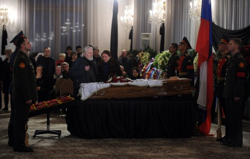 People grieve at the coffin of Victor Chernomyrdin, former Russian prime minister under president Boris Yeltsin from December 1992 to March 1998, during his funeral ceremony in Moscow, on November 4, 2010. Chernomyrdin, died on November 3, 2010 at the age of 72, his family told Russian news agencies. AFP PHOTO / NATALIA KOLESNIKOVA