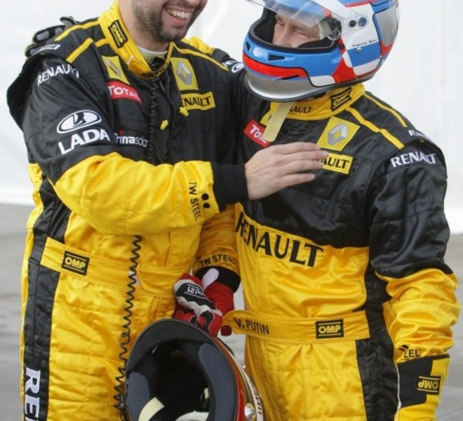 Russian Prime Minister Vladimir Putin  (R) chats with a Renault Formula One team member before driving a F1 race car on a special track in Leningrad region outside St. Petersburg on November 7, 2010.  AFP PHOTO / RIA NOVOSTI / POOL / ALEXEY DRUZHININ