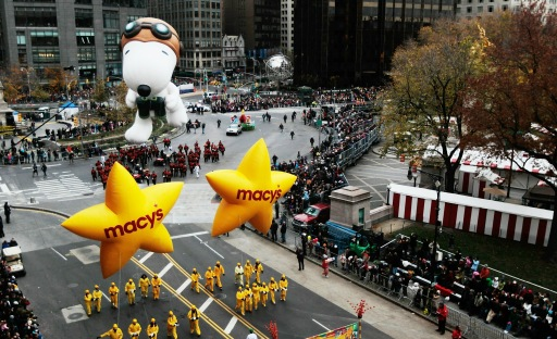 NEW YORK - NOVEMBER 25: The Snoopy float glides across Columbus Circle to open the Macy's Thanksgiving Day parade November 25, 2010 in New York City. This year's annual parade features approximately 8,000 participants, 15 giant character balloons and 43 novelty balloons.   Chris Hondros/Getty Images/AFP== FOR NEWSPAPERS, INTERNET, TELCOS & TELEVISION USE ONLY ==