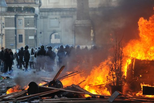 A view of Piazza del Popolo after clashes between police and youths demanding a change of government as parliament met to hold a crucial vote that could topple Prime Minister Silvio Berlusconi on December 14, 2010 in Rome. Italian Prime Minister Silvio Berlusconi scraped through a crucial confidence vote in the lower house of parliament by 314 votes in favour and 311 against.  AFP PHOTO / FILIPPO MONTEFORTE