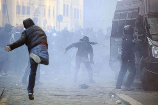 Youths fight with policemen during a demonstration to demand a change of government as parliament met to hold a crucial vote that could topple Prime Minister Silvio Berlusconi on December 14, 2010 in Rome.  Protest organisers estimated the number in Rome alone at 100,000.  AFP PHOTO / FILIPPO MONTEFORTE