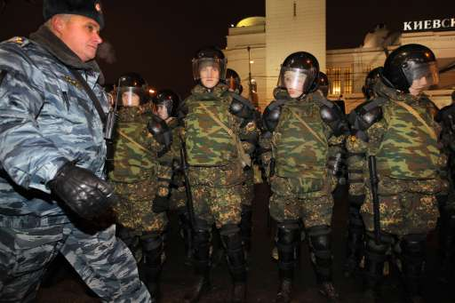 Russian riot policemen cordon off the Kievsky train station in Moscow on December 15, 2010. Moscow police arrested more than 700 people Wednesday across the city centre in a bid to prevent ethnic clashes from erupting following the deadly shooting of a football fan, a spokesman said. AFP PHOTO / ALEXEY SAZONOV