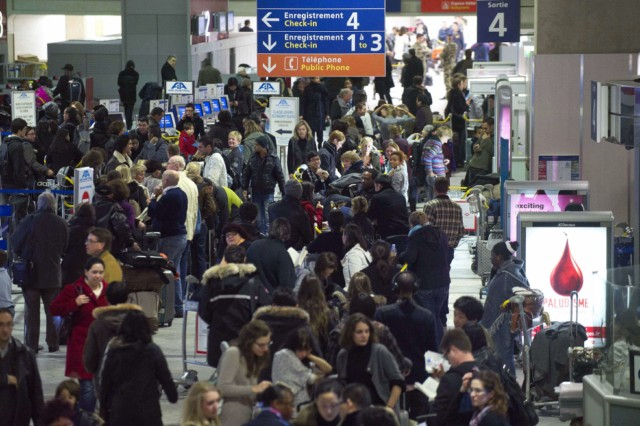 People wait at Charles de Gaulle-Roissy airport, outside Paris, on December 19, 2010. Some 40 percent of flights were cancelled at Paris' Roissy-Charles-de-Gaulle airport today because of snow, aviation authorities said. Some 450 aircrafts were however able to take off with delays averaging one hour and 20 minutes.     AFP PHOTO BERTRAND LANGLOIS , People wait at Charles de Gaulle-Roissy airport, outside Paris, on December 19, 2010. Some 40 percent of flights were to be cancelled at Paris's main Roissy-Charles-de-Gaulle airport Sunday because of snow, avaiation authorities said. Some 450 aircrafts were however able to take off with delays averaging one hour and 20 minutes.     AFP PHOTO BERTRAND LANGLOIS