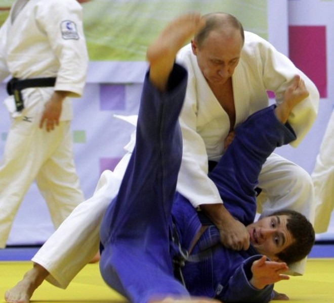 "Russia's Prime Minister Vladimir Putin (background R) takes part in a judo training session at the ""Moscow"" sports complex in St. Petersburg, on December 22, 2010.   AFP PHOTO/ RIA-NOVOSTI POOL/ ALEXEY DRUZHININ"