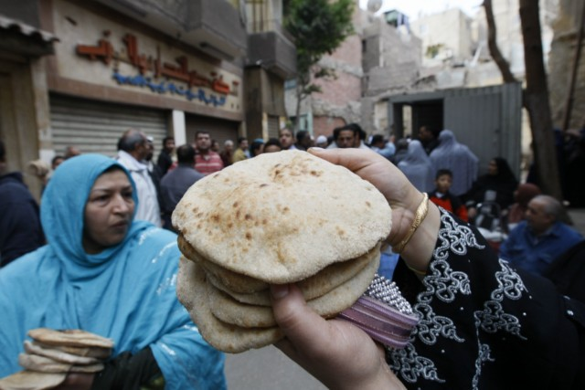 Egyptians gather to buy bread in central Cairo on January 31, 2011 as anti-government protesters called for an indefinite strike in Egypt upping the stakes in their bid to topple President Hosni Mubarak's regime. AFP PHOTO/MOHAMMED ABED