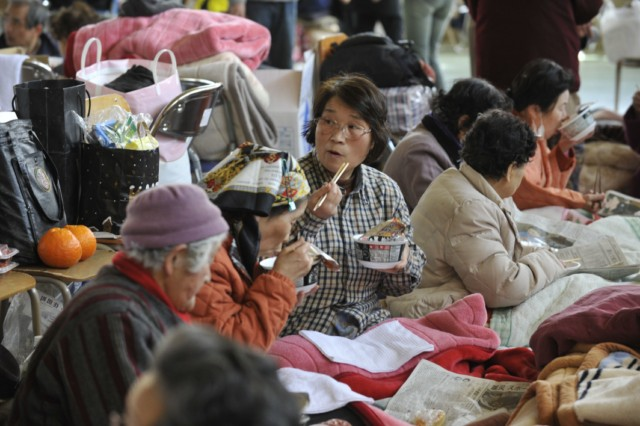 Evacuees eat instant noodles for lunch at a shelter in Rikuzentakata in Iwate prefecture on March 18, 2011, one week after a massive earthquake and tsunami ravaged northeastern Japan. Japan battled a nuclear and humanitarian crisis on March 18 as engineers worked to restore power to a stricken atomic plant, while the toll of dead and missing from the quake and tsunami topped 16,000. AFP PHOTO / KAZUHIRO NOGI , Volunteers distribute rice balls during lunch at a shelter in Rikuzentakata in Iwate prefecture on March 18, 2011, one week after a massive earthquake and tsunami ravaged northeastern Japan. Japan battled a nuclear and humanitarian crisis on March 18 as engineers worked to restore power to a stricken atomic plant, while the toll of dead and missing from the quake and tsunami topped 16,000. AFP PHOTO / KAZUHIRO NOGI , Evacuees eat instant noodles for lunch at a shelter in Rikuzentakata in Iwate prefecture on March 18, 2011, one week after a massive earthquake and tsunami ravaged northeastern Japan. Japan battled a nuclear and humanitarian crisis on March 18 as engineers worked to restore power to a stricken atomic plant, while the toll of dead and missing from the quake and tsunami topped 16,000. AFP PHOTO / KAZUHIRO NOGI
