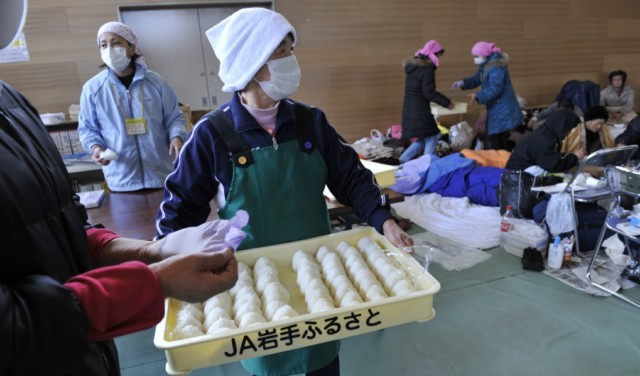Evacuees eat instant noodles for lunch at a shelter in Rikuzentakata in Iwate prefecture on March 18, 2011, one week after a massive earthquake and tsunami ravaged northeastern Japan. Japan battled a nuclear and humanitarian crisis on March 18 as engineers worked to restore power to a stricken atomic plant, while the toll of dead and missing from the quake and tsunami topped 16,000. AFP PHOTO / KAZUHIRO NOGI , Volunteers distribute rice balls during lunch at a shelter in Rikuzentakata in Iwate prefecture on March 18, 2011, one week after a massive earthquake and tsunami ravaged northeastern Japan. Japan battled a nuclear and humanitarian crisis on March 18 as engineers worked to restore power to a stricken atomic plant, while the toll of dead and missing from the quake and tsunami topped 16,000. AFP PHOTO / KAZUHIRO NOGI