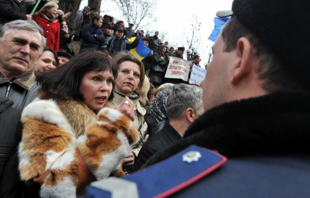 People shout slogans and hold banner as they try to block the traffic in front of policemen during a rally near the Ukraine's Cabinet of the Ministers in Kiev, on March 22, 2011. Some 5,000 of Ukrainian school teachers, lecturers and professors demanded a salary increase and more financing for education. AFP PHOTO/ SERGEI SUPINSKY , A woman speaks to a policeman during rally in front of the Ukraine's Cabinet of the Ministers, in Kiev, on March 22, 2011. Some 5,000 of Ukrainian school teachers, lecturers and professors protested today to demand a salary increase and more financing for education. AFP PHOTO/ SERGEI SUPINSKY