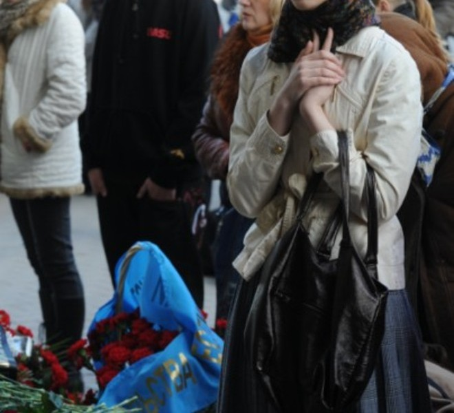 A woman mourns at the  entrance to the metro station hit by a blast in downtown Minsk, on April 12, 2011.  Several people have been arrested for the April 11 bombing on the Minsk metro that killed 12 and wounded 150, the first major apparent act of terror in its post-Soviet history. AFP PHOTO / VIKTOR DRACHEV