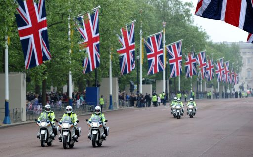 Police officers ride motorcycles along The Mall in London on the day of the royal wedding of Britain's Prince William and Kate Middleton, on April 29, 2011.  AFP PHOTO / PAUL ELLIS