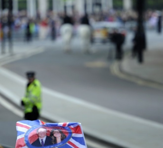 Royal supporters wait along the processional route on the day of the wedding of Britain's Prince William and Kate Middleton, on April 29, 2011, in central London.   AFP PHOTO / ODD ANDERSEN