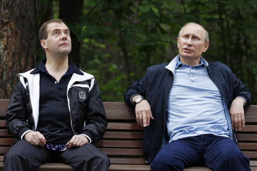 Russian President Dmitry Medvedev (L) and Prime Minister Vladimir Putin (R) relax during a cycle ride  in the residence of Gorky outside Moscow on June 11, 2011.  AFP PHOTO /RIA NOVOSTI / KREMLIN POOL / DMITRY ASTAKHOV