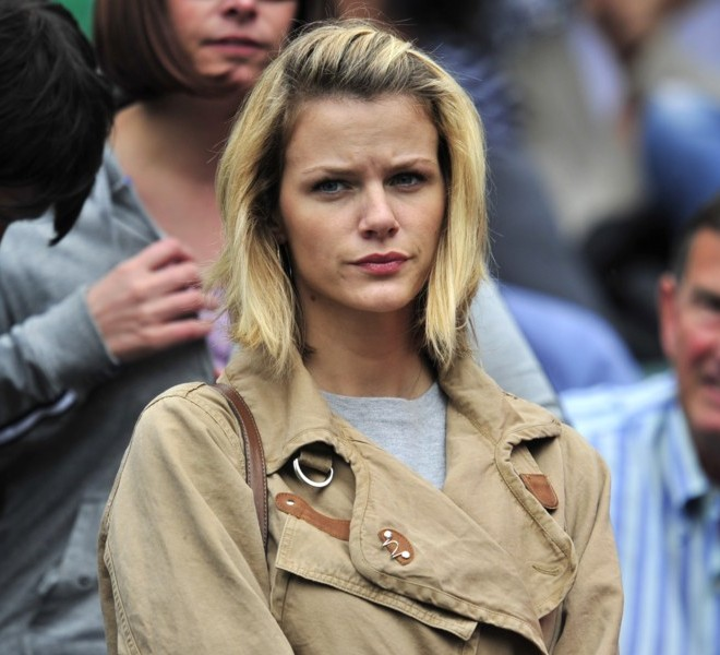 Brooklyn Decker, wife of US player Andy Roddick attends his game against German player Andreas Beck during the men's single at the Wimbledon Tennis Championships at the All England Tennis Club, in southwest London on June 20, 2011. AFP PHOTO / GLYN KIRK RESTRICTED TO EDITORIAL USE