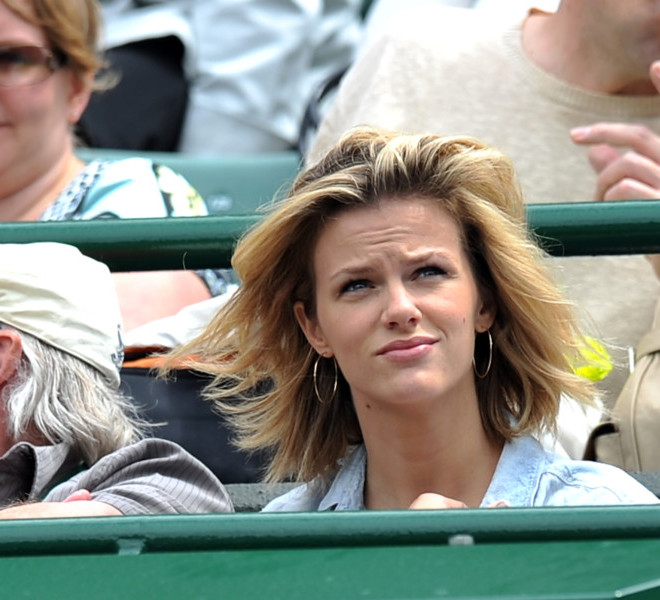 Brooklyn Decker, wife of US player Andy Roddick watches as he plays with German player Andreas Beck during the men's single at the Wimbledon Tennis Championships at the All England Tennis Club, in southwest London on June 21, 2011.  AFP PHOTO / CARL DE SOUZA RESTRICTED TO EDITORIAL USE
