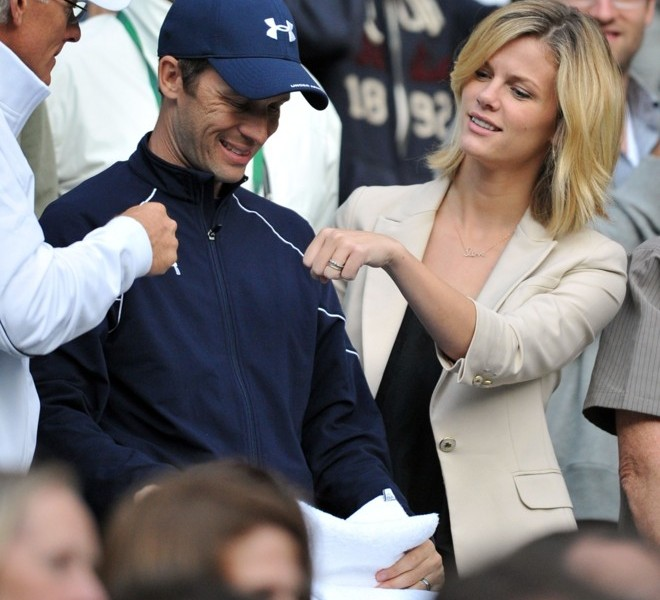 Brooklyn Decker (R), wife of US player Andy Roddick reacts after he won over Romanian player Victor Hanescu during the men's single at the Wimbledon Tennis Championships at the All England Tennis Club, in southwest London on June 22, 2011. AFP PHOTO / CARL DE SOUZA RESTRICTED TO EDITORIAL USE