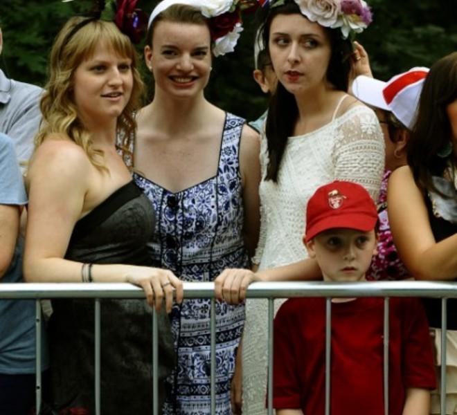 Crowds await the arrival  of Prince William and his wife, Catherine, the Duchess of Cambridge  in Ottawa, Ontario as they kick-off their nine-day tour at Rideau Hall on June 30, 2011. AFP PHOTO / TIMOTHY A. CLARY