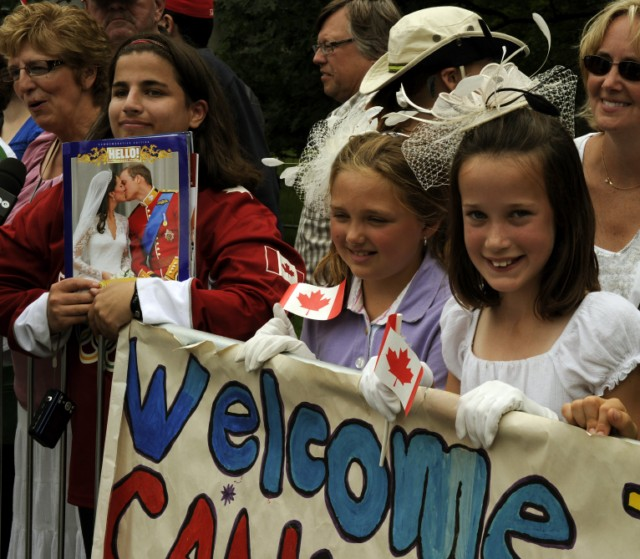 Crowds await the arrival  of Prince William and his wife, Catherine, the Duchess of Cambridge  in Ottawa, Ontario as they kick-off their nine-day tour at Rideau Hall on June 30, 2011. AFP PHOTO / TIMOTHY A. CLARY , Crowds await the arrival  of British Prince William and his wife, Catherine, the Duchess of Cambridge as they kick-off their nine-day tour at Rideau Hall in Ottawa, Ontario on June 30, 2011. AFP PHOTO / TIMOTHY A. CLARY