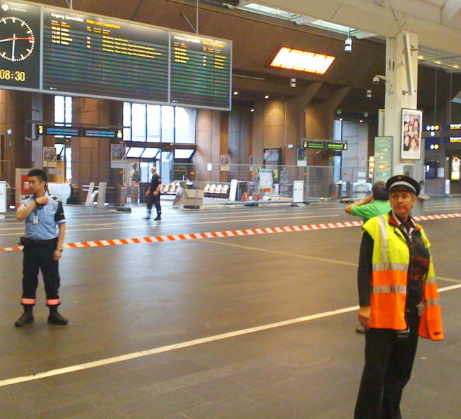 Security stands guard as parts of Oslo main railway station, Oslo S, were closed and evacuated early on July 27, 2011 after a suitcase with no apparent owner was discovered on one of the platforms. Norway is on the alert after twin bombing and shooting attacks on Juky 22 left 76 people dead, the worst bloodshed in the country since WWII. AFP PHOTO / SCANPIX NORWAY / Ole-Tommy Pedersen