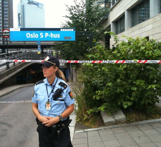 A security officer stands guard as parts of Oslo main railway station, Oslo S, were closed and evacuated early on July 27, 2011 after a suitcase with no apparent owner was discovered on one of the platforms. Norway is on the alert after twin bombing and shooting attacks on Juky 22 left 76 people dead, the worst bloodshed in the country since WWII. AFP PHOTO / SCANPIX NORWAY / Ole-Tommy Pedersen