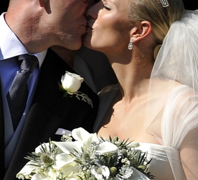 England rugby player Mike Tindall (L) kisses his new wife Britain's Zara Phillips, granddaughter of Queen Elizabeth II, after their wedding at Canongate Kirk in Edinburgh, Scotland, on July 30, 2011.    AFP PHOTO / DYLAN MARTINEZ/POOL