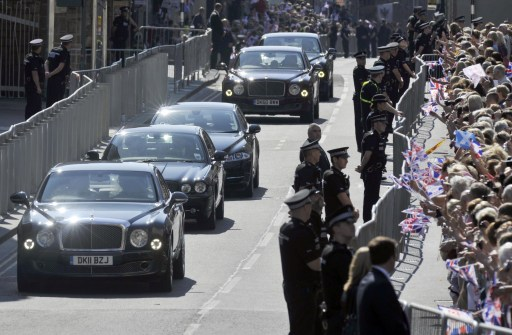 Members of the Royal Family drive down the Royal Mile to Holyrood House after the wedding between England rugby player Mike Tindall and Britain's Zara Phillips, granddaughter of Queen Elizabeth II, at Canongate Kirk in Edinburgh, Scotland, on July 30, 2011.  AFP PHOTO / Andy Buchanan