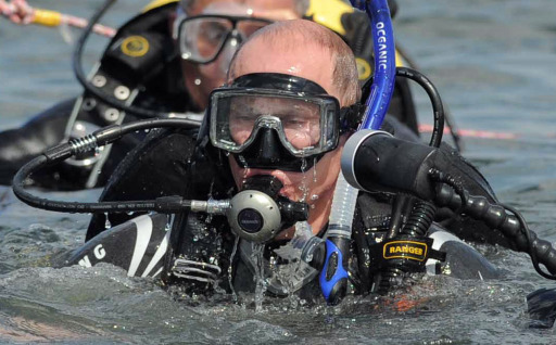 Russian Prime Minister Vladimir Putin (L) embarks on a dive to an underwater archaeological site at Phanagoria on the Taman Peninsula on August 10, 2011. Russia's hard man Prime Minister Vladimir Putin pulled on a wetsuit Wednesday and went scuba diving at an ancient Greek Black Sea site in the latest populist stunt ahead of next year's elections. AFP PHOTO / RIA NOVOSTI / POOL / ALEXEY DRUZHININ