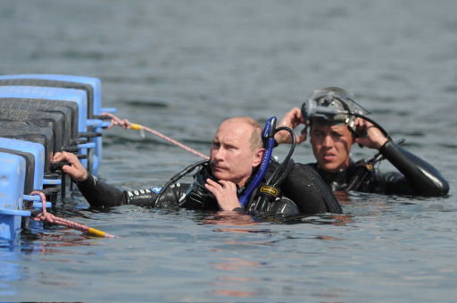 Russian Prime Minister Vladimir Putin (L) visits an underwater archaeological site at Phanagoria on the Taman Peninsula on August 10, 2011. Russia's hard man Prime Minister Vladimir Putin pulled on a wetsuit Wednesday and went scuba diving at an ancient Greek Black Sea site in the latest populist stunt ahead of next year's elections. AFP PHOTO / RIA NOVOSTI / POOL / ALEXEY DRUZHININ