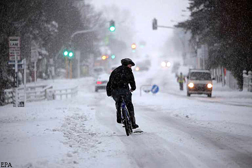 epa02867310 A cyclist is seen riding after heavy snowfalls have blanketed large parts of the city of Christchurch, New Zealand on 15 August 2011. Much of New Zealand was at a standstill after a rare weather front from the Antarctic dumped massive snowfall over huge areas of the country. The South Island took the brunt of the storm, though the capital, Wellington, at the foot of the North Island, had its heaviest snowfall in 30 years forcing road closures and flight cancellations.  EPA/BRADLEY AMBROSE AUSTRALIA AND NEW ZEALAND OUT  EDITORIAL USE ONLY