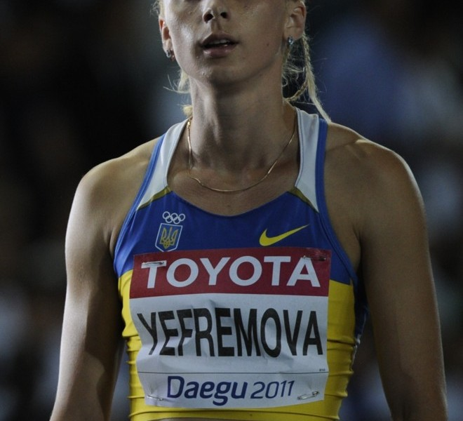 Ukraine's Antonino Yefremova looks at the results board after winning the women's 400 metres heat at the International Association of Athletics Federations (IAAF) World Championships in Daegu on August 27, 2011.   AFP PHOTO / OLIVIER MORIN