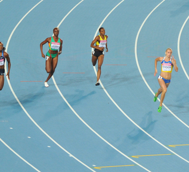 Ukraine's Antonino Yefremova (2R) leads the field in the women's 400 metres heats at the International Association of Athletics Federations (IAAF) World Championships in Daegu on August 27, 2011.   AFP PHOTO / KIM JAE-HWAN