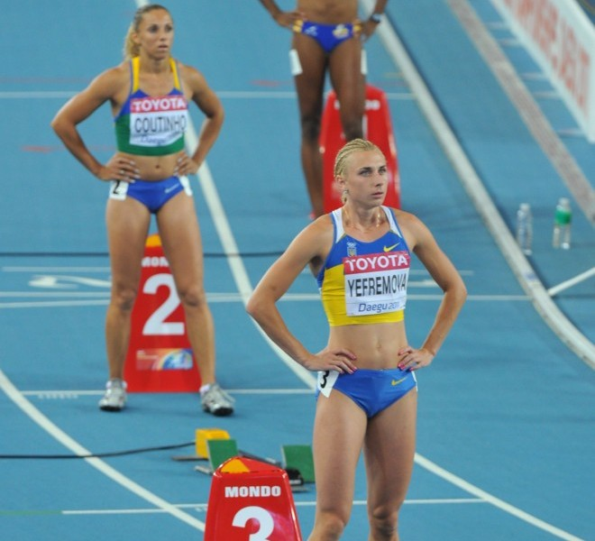 Ukraine's Antonino Yefremova (front), Brazil's Geisa Aparecida Coutinho (middle) and Colombia's Norma Gonzalez (back) prepare to set off in their women's 400 metres semi-final at the International Association of Athletics Federations (IAAF) World Championships in Daegu on August 28, 2011.    AFP PHOTO / KIM JAE-HWAN