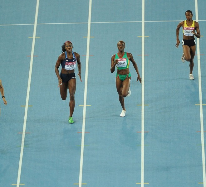 Ukraine's Antonino Yefremova (R) takes the lead in the women's 400 metres heats at the International Association of Athletics Federations (IAAF) World Championships in Daegu on August 27, 2011.  AFP PHOTO / ANTONIN THUILLIER