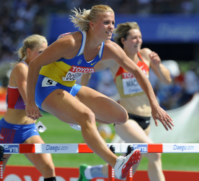 Ukraine's Natalia Dobrynska (C) competes in the 100 metres hurdles of the women's heptathlon event at the International Association of Athletics Federations (IAAF) World Championships in Daegu on August 29, 2011.  AFP PHOTO / JUNG YEON-JE