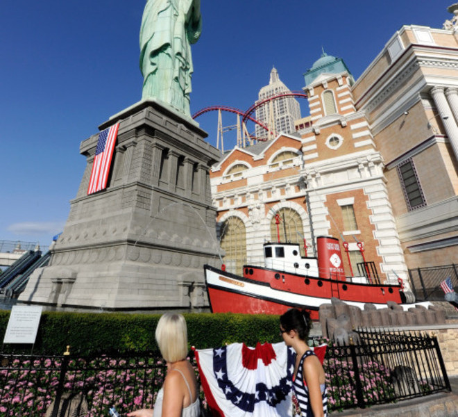 LAS VEGAS, NV - SEPTEMBER 11: Visitors look at the Tribute to Heroes of 9/11 display in front of the half-size replica of the Statue of Liberty outside the New York-New York Hotel & Casino on September 11, 2011 in Las Vegas, Nevada. Las Vegas is joining the rest of the nation in commemorating the tenth anniversary of the September 11, 2001 terrorist attacks.   Ethan Miller/Getty Images/AFP== FOR NEWSPAPERS, INTERNET, TELCOS & TELEVISION USE ONLY ==