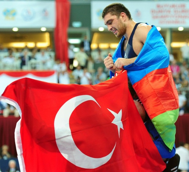Azebaijan's Sharif Sharifov (R) celebrates after his victory against Ukraine's Ibragim Aldatov during their freestyle 84 kg gold medal match at the Senior Wrestling World Championship in Istanbul, on September 17, 2011. AFP PHOTO / MUSTAFA OZER