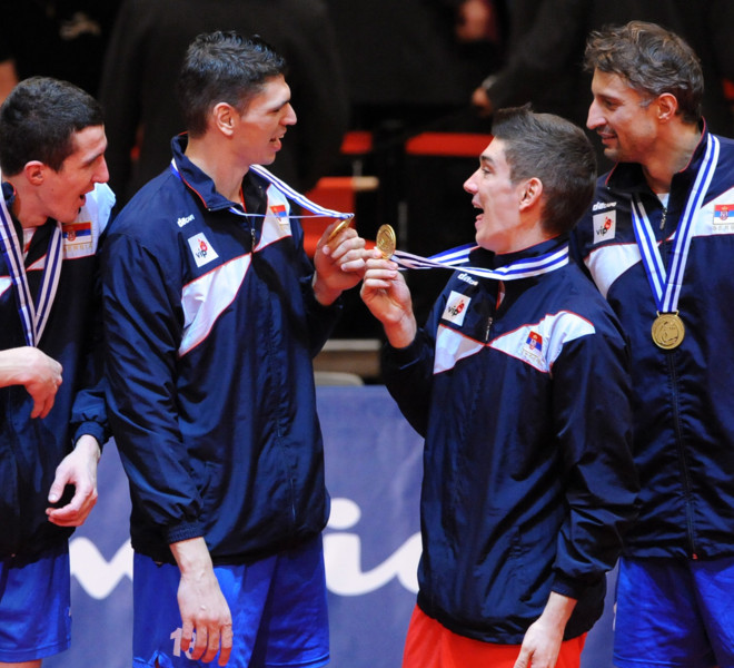 (FromL) Serbia's players Milan Rasic, Marko Podrascanin, Nikola Rosic and Ivan Miljkovic celebrate their victory at the end of the men's European Volleyball Championships gold medal match against Italy in Vienna on September 18, 2011. Serbia won 3:1.      AFP PHOTO/ SAMUEL KUBANI