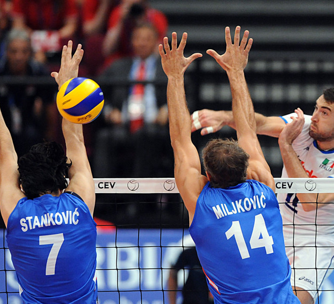 Italy's Cristian Savani (R) spikes the ball over the net as Serbia's Dragan Stankovic (L) and Ivan Miljkovic of Serbia try to block it during the men's European Volleyball Championship final match in Vienna on September 18, 2011. AFP PHOTO/SAMUEL KUBANI