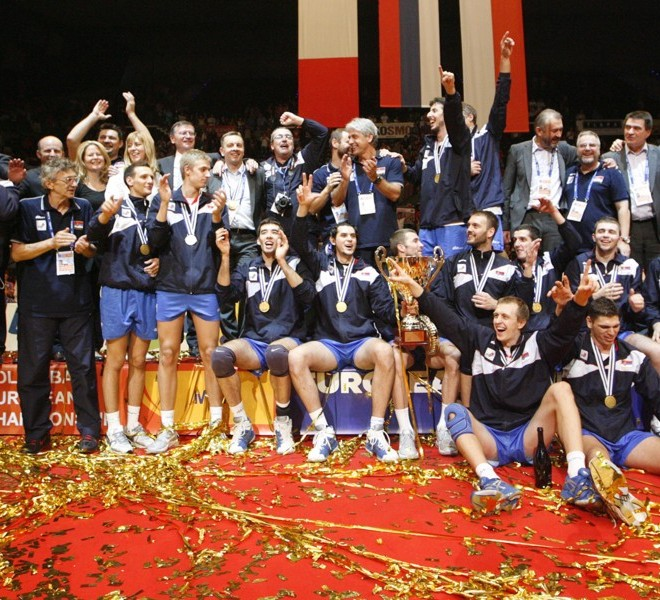 Serbia's players pose with their trophy at the end of the men's European Volleyball Championships gold medal match against Italy in Vienna on September 18, 2011. Serbia won 3:1. AFP PHOTO/ DIETER NAGL