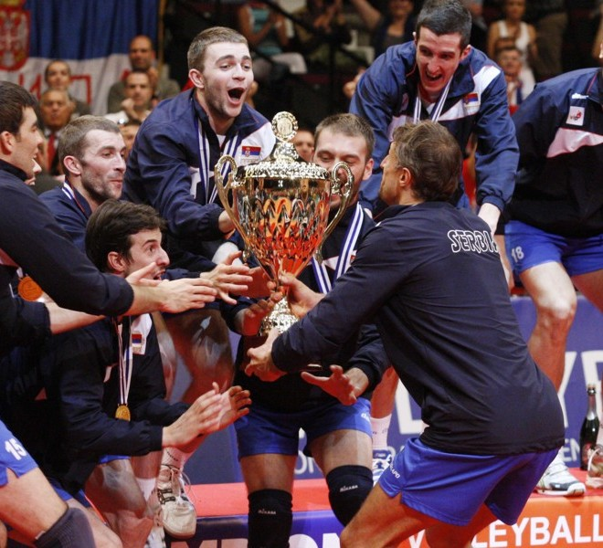 Serbia's team players celebrate their victory over Italy with the trophy of the men's Volleyball European Championship final in Vienna on September 18, 2011.  AFP PHOTO / DIETER NAGL