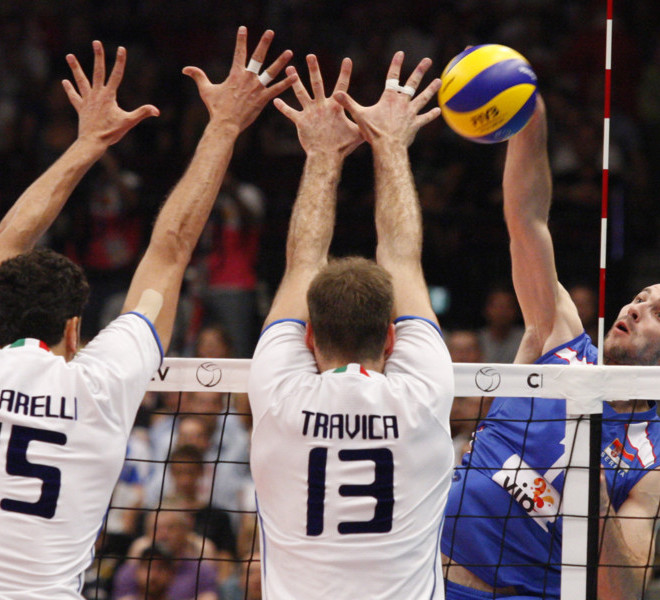 Serbia's Dragan Stankovic (R) smashes the ball during the men's Volleyball European Championship final between Italy and Serbia in Vienna on September 18, 2011.     AFP PHOTO/ DIETER NAGL