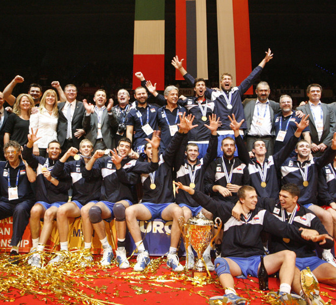 Serbia's players pose with their trophy of the men's European Volleyball Championships at the end of their gold medal match against Italy in Vienna on September 18, 2011. Serbia won 3:1.      AFP PHOTO/ DIETER NAGL