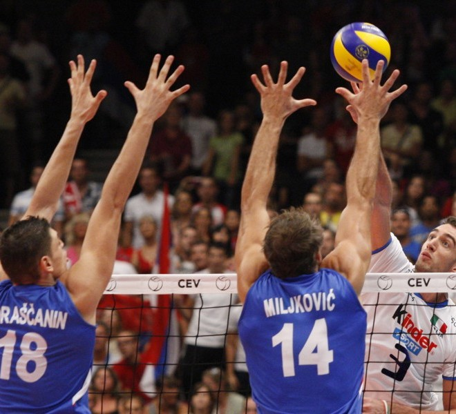 Serbia's Marko Podrascanin (L) and Ivan Milkovic (C) block a smash of Italy's Simone Parodi during the men's European Volleyball Championships gold medal match against Italy in Vienna on September 18, 2011. Serbia won 3:1.      AFP PHOTO/ DIETER NAGL
