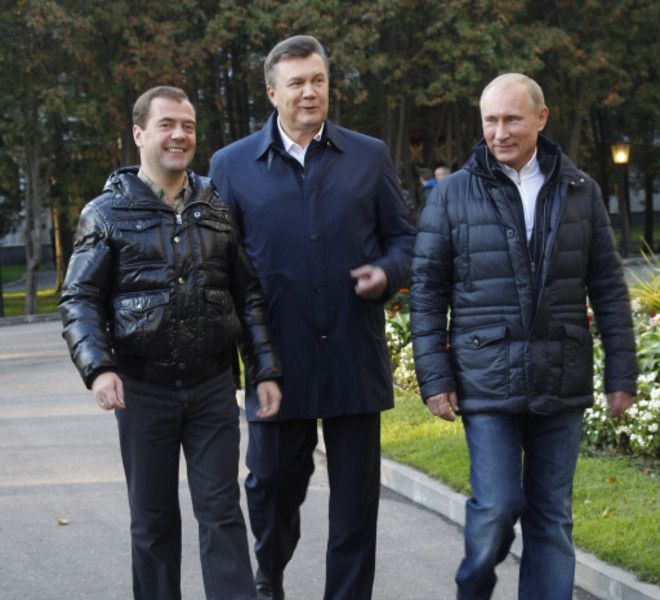 "Russia's President Dmitry Medvedev (L) speaks with his Ukrainian counterpart Viktor Yanukovich (C) and Prime Minister Vladimir Putin (R) as they walk at the Zavidovo residence in the Tver region, on September 24, 2011. Putin accepted today a proposal by Medvedev to stand for Russian president in 2012 polls, saying it was a ""great honour"". AFP PHOTO/ RIA-NOVOSTI/ KREMLIN POOL/ VLADIMIR RODIONOV"