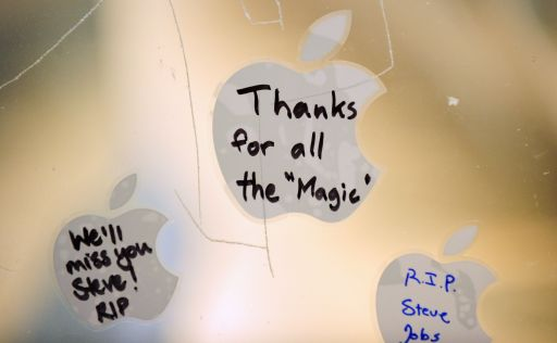 Messages on Apple stickers are left on the window of the Apple store in Pasadena, California, October 5, 2011.   Apple?s visionary co-founder died from cancer Wednesday at 56, a premature end for a man who revolutionized modern culture with ubiquitous inventions like the iPod and the iPad.    AFP PHOTO PHOTO / ROBYN BECK