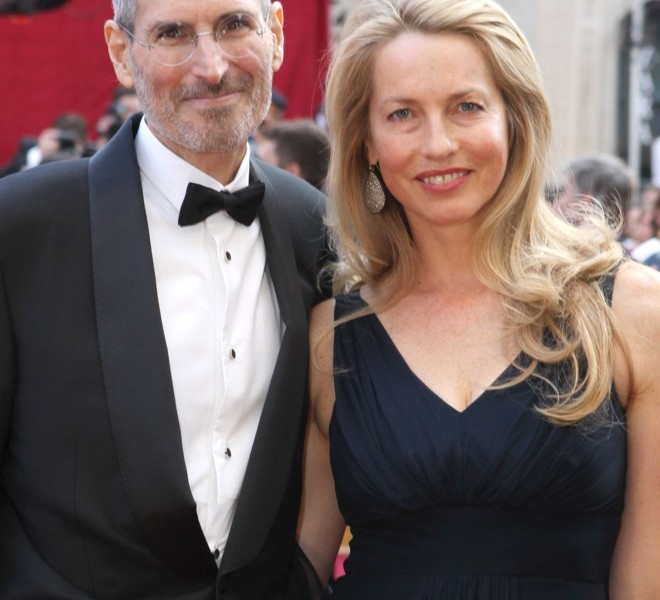 HOLLYWOOD - MARCH 07:  Apple's Steve Jobs and Laurene Powell arrive at the 82nd Annual Academy Awards held at Kodak Theatre on March 7, 2010 in Hollywood, California. (Photo by Alexandra Wyman/Getty Images)
