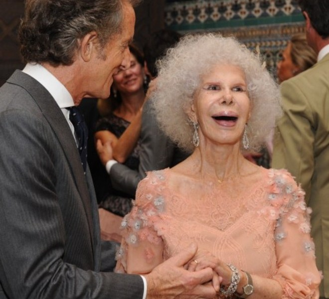 Spain's Duchess of Alba, Maria del Rosario Cayetana Fitz-James-Stuart and her husband Alfonso Diez exchange rings during their wedding ceremony at the Palacio de las Duenas in Sevilla on October 5, 2011. Spain's fabulously wealthy 85-year-old Duchess of Alba marries a civil servant 25 years her junior in a story of love and riches that has gripped the nation. The twice-widowed aristocrat, renowned for her frizzy hair, glamorous social life and colourful dress sense, is tying the knot in the chapel of her 15th century Palacio de las Duenas in Sevilla. AFP PHOTO / Ricardo Garcia POOL
